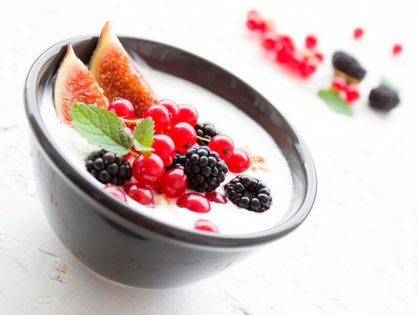 Yogurt y frutas del bosque