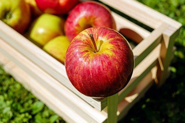 Manzana con salsa perfumada y piñones